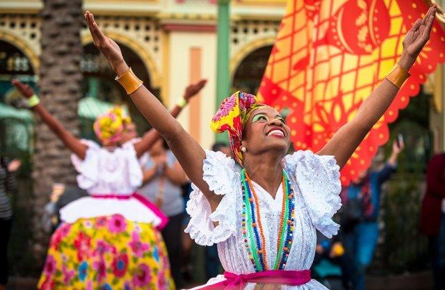 viva-navidad-female-dancers