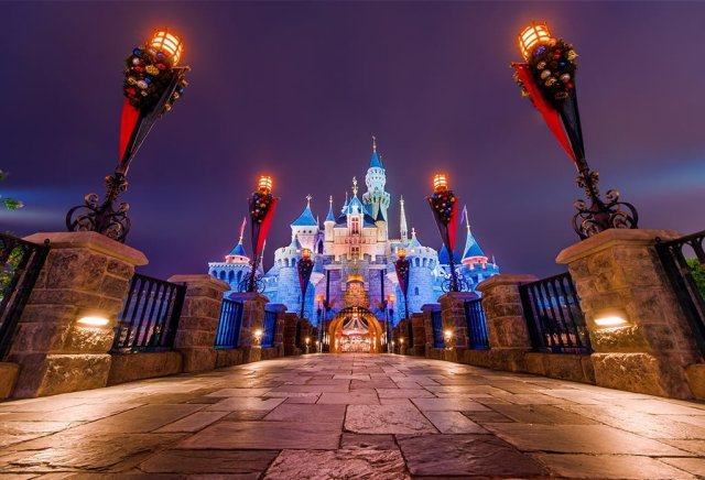 hong-kong-disneyland-castle-path