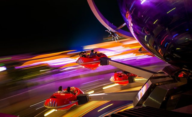 orbitron-hong-kong-disneyland-spinning