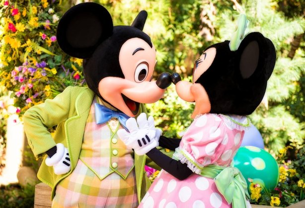 mickey-minnie-easter-clothes-kissing-disneyland