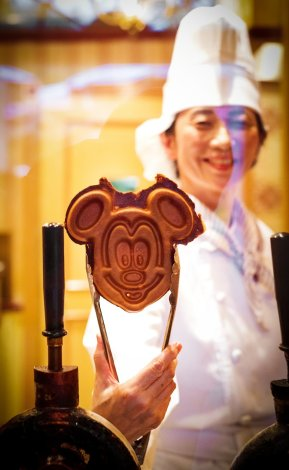 mickey-waffle-shallow-dof-tokyo-disneyland
