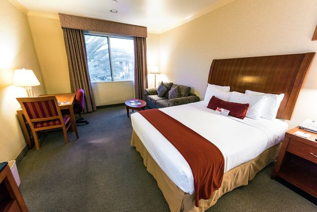 ramada-plaza-anaheim-resort-disneyland-bed-room