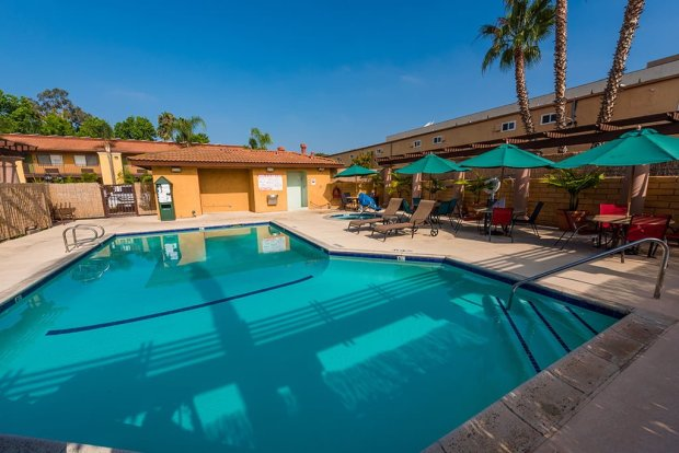 stanford-inn-suites-pool-disneyland-anaheim