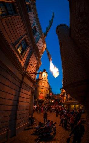diagon-alley-fire-dragon-curves-buildings-universal-studios-florida