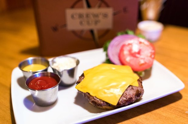 crews-cup-lounge-burger-disney-world