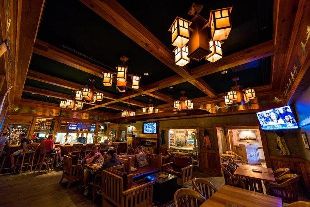 crews-cup-lounge-yacht-club-interior