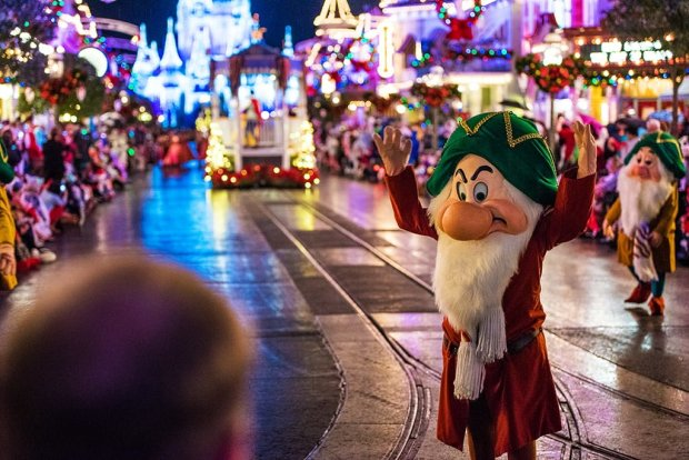 grumpy-dwarf-christmas-parade-head