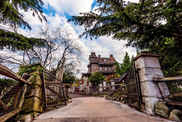 phantom-manor-graveyard-gates