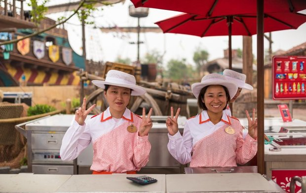 shanghai-disneyland-grand-opening-cast-members-004