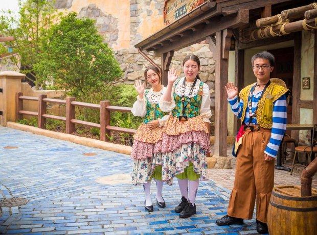 shanghai-disneyland-grand-opening-cast-members-005