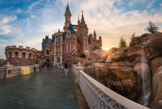 enchanted-storybook-castle-sunburst-shanghai-disneyland_1
