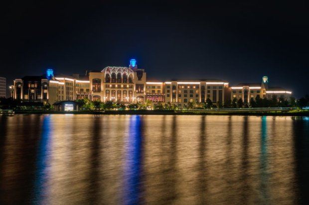 shanghai-disneyland-hotel-water-reflection-bricker-china