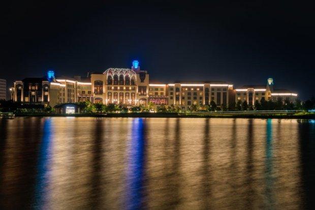 shanghai-disneyland-hotel-water-reflection-bricker-china