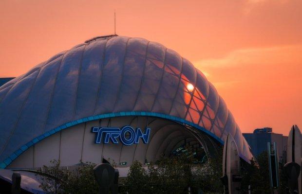 tron-orange-pink-sky-shanghai-disneyland_1