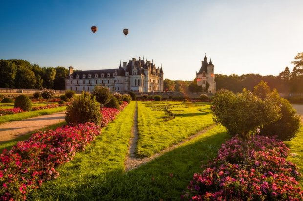 hot-air-balloons-sunset-chateau-de-chenonceau-soft-light-loire-valley-france-bricker