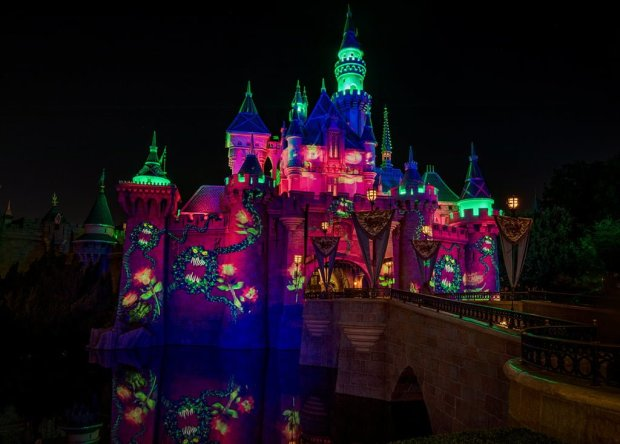 mickeys-halloween-party-disneyland-sleeping-beauty-castle