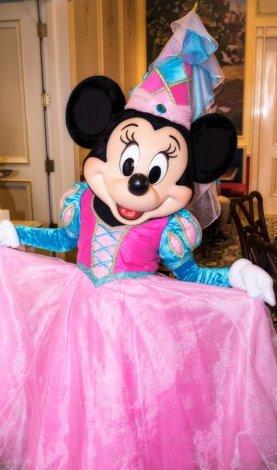 royal-banquet-hall-shanghai-disneyland-restaurant-china-minnie-princess
