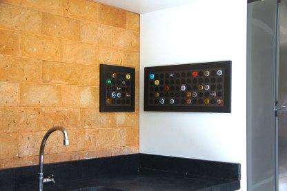 Display decorativo quadrado para 25 tampinhas em MDF usinado com acabamento laminado preto + Display retangular decorativo para 65 tampinhas em MDF usinado com acabamento laminado preto.