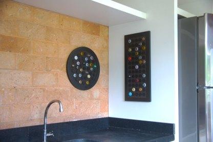 Painel decorativo para 42 tampinhas em MDF usinado com acabamento laminado preto + Display retangular decorativo para 65 tampinhas em MDF usinado com acabamento laminado preto.