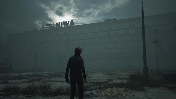 The Medium personnage devant le centre de villégiature de Niwa