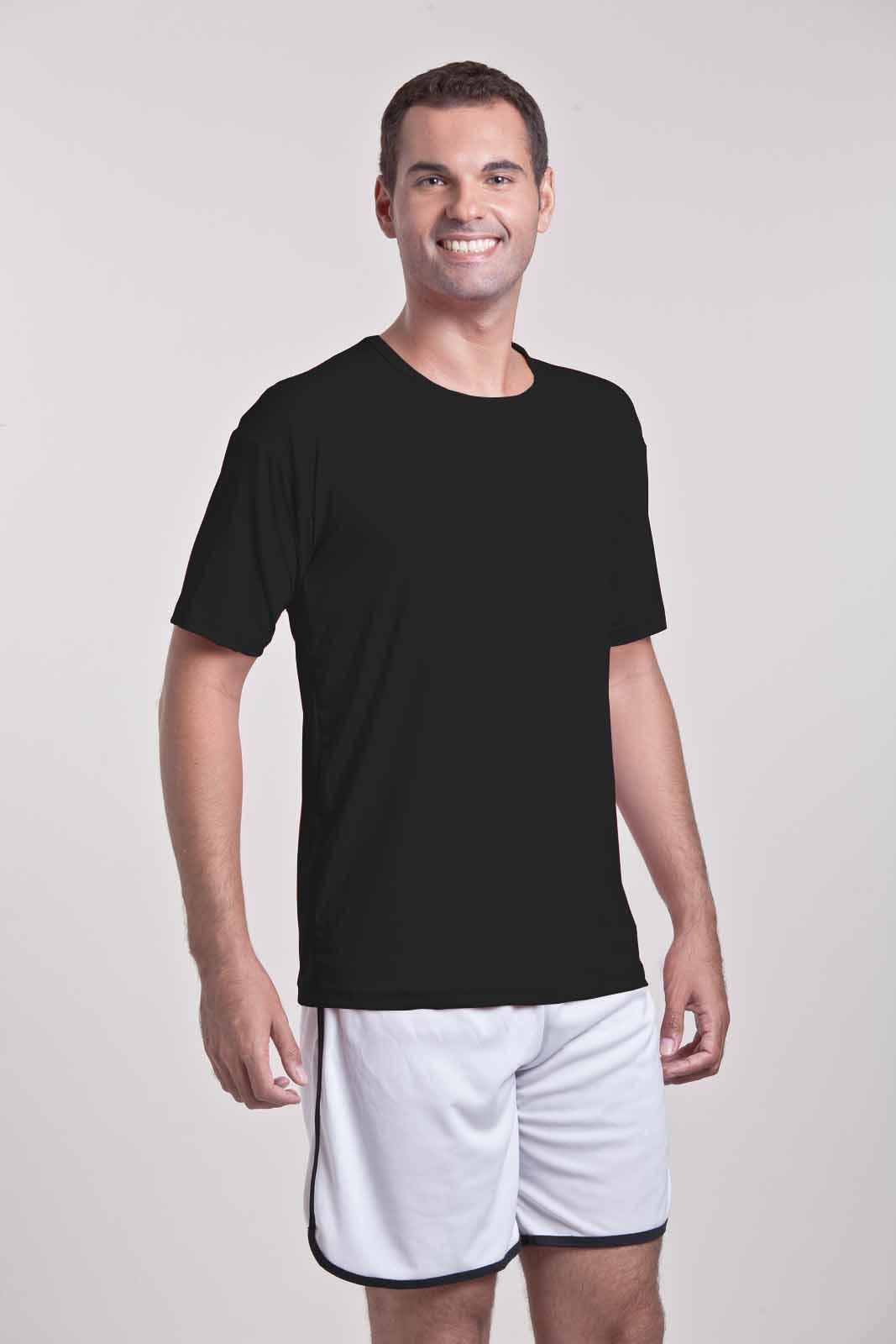 Homem vestindo camiseta dry fit