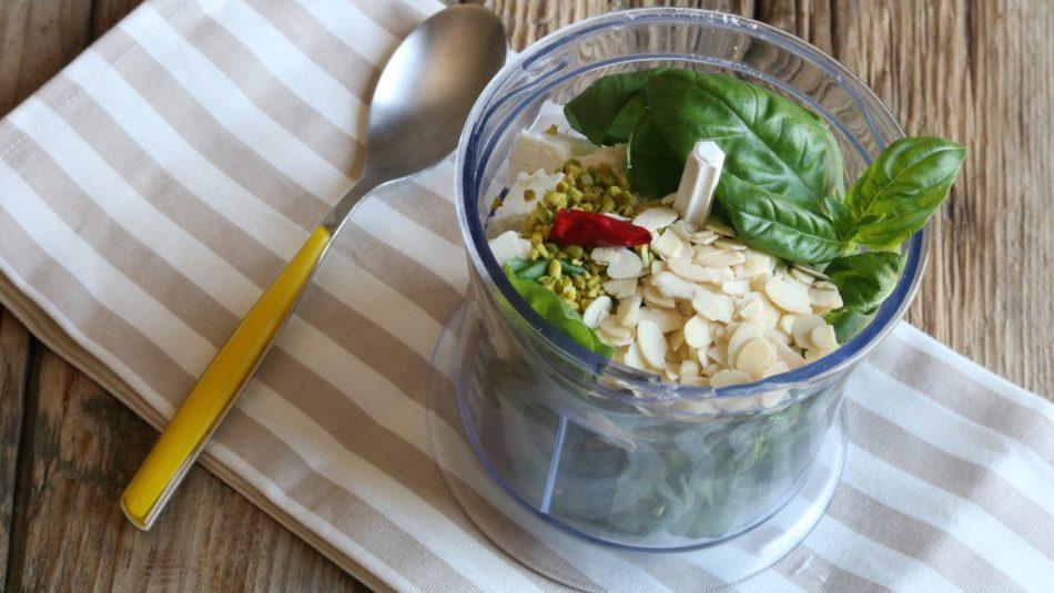 mixer con mandorle, basilico, peperoncino e pistacchi