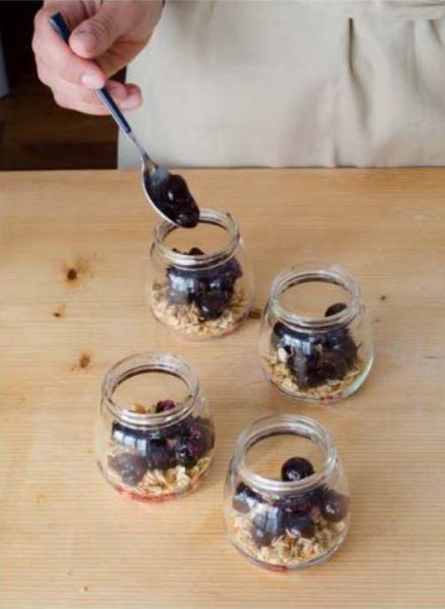 amarene sullo strato di granola nei bicchierini