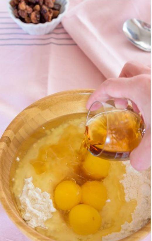 in una ciotola mix di farine, tuorli, olio e aggiunta di marsala da un bicchiere