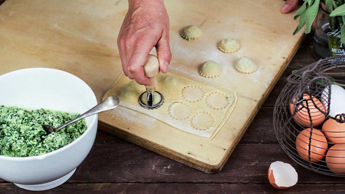 mano che taglia i ravioli con una formina