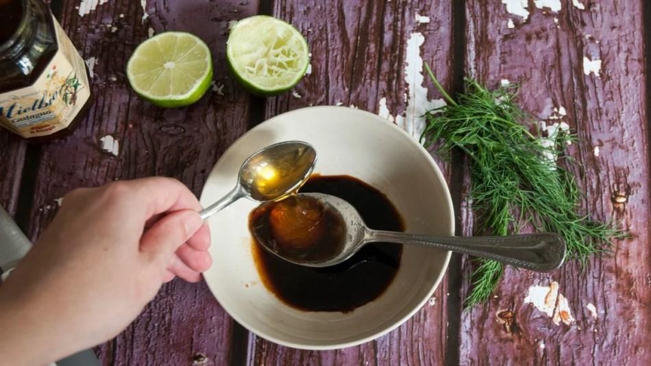 ciotola in cui vengono versati miele e salsa di soia