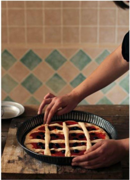 inserimento di olive sulla pizza formata