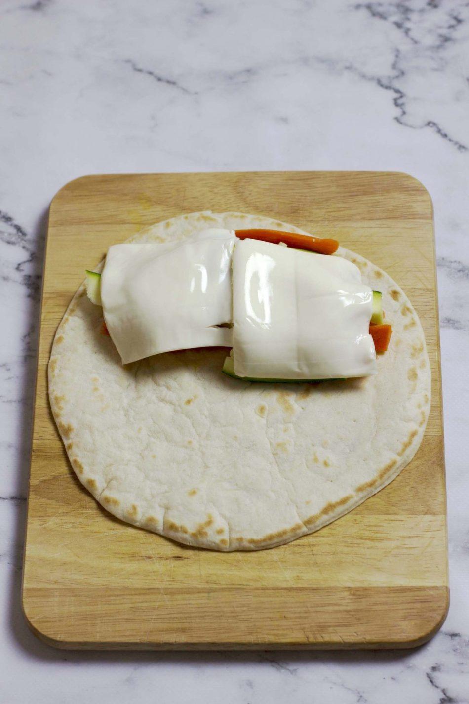piadina con verdure e fette di formaggio