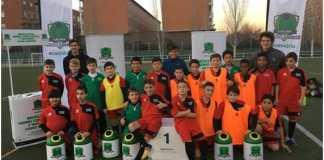 Niños de Villaverde disfrutando el premio de Ecovidrio