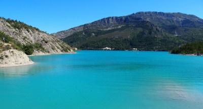 Het blauwe water van het Lac de Castillon