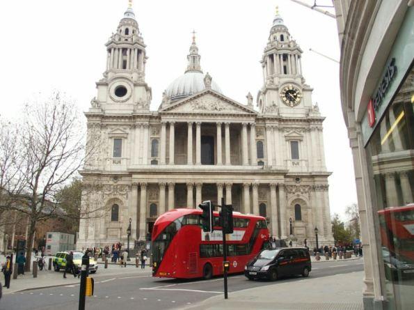 Vanuit de bus zie je meer, maar sta je vaak vast in het verkeer.