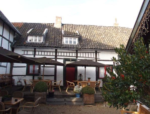 De oude vakwerkboerderij waar 'Moeder De Gans' gevestigd is.