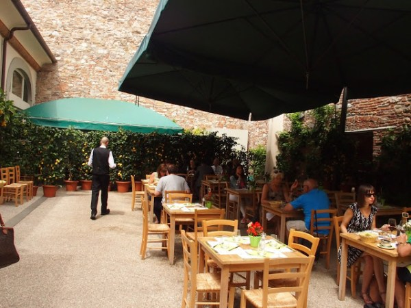 Het terras van de Local Foodmarket
