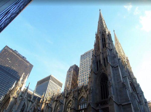 Bijzonder, zo'n oude kathedraal tussen al die nieuwe gebouwen!