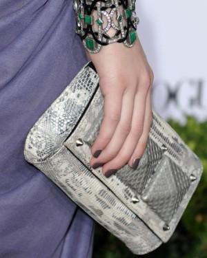 poza manichiura unghii gri Emma Roberts