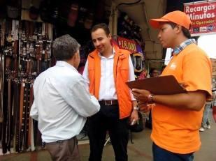 Jairo Hortúa con la comunidad