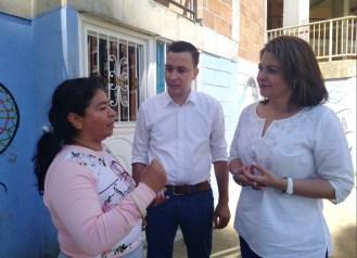 Frank Hurtado y Jacqueline Toloza con la comunidad.