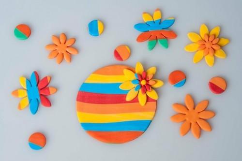 Biscotti di frolla con fiori e clown colorati