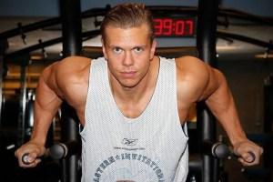 Nils-Pauls Skåra forklarer hvorfor søvn bør prioriteres høyt når man bygger muskler.