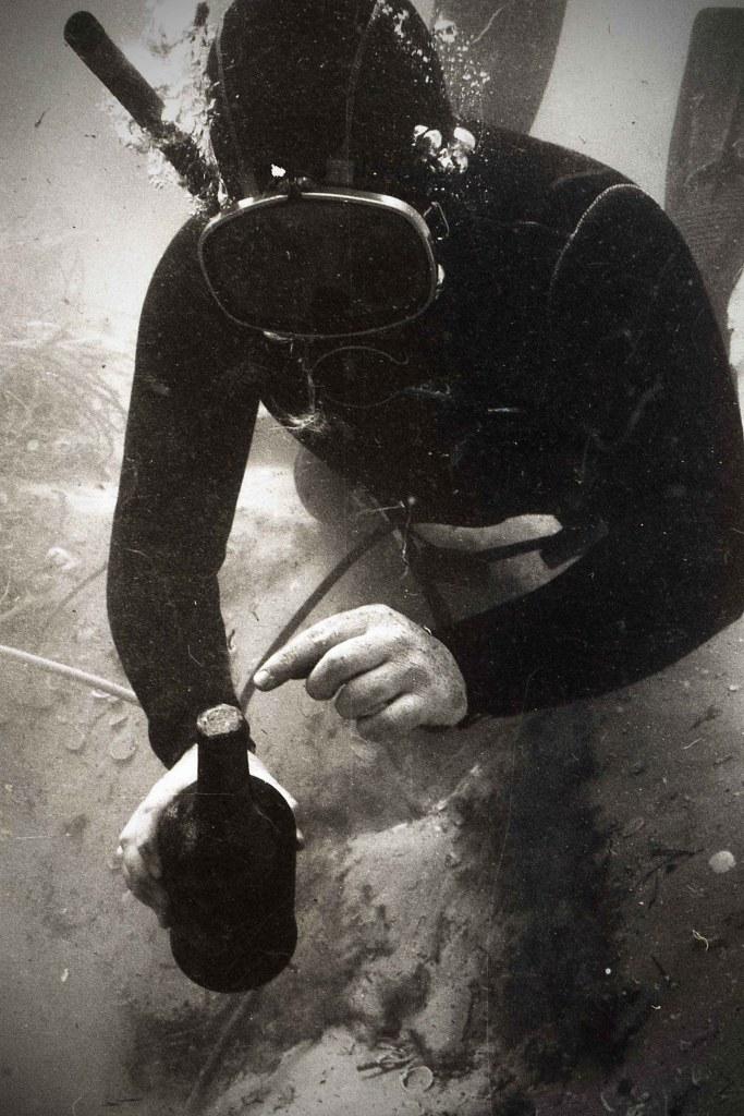 De 26 flaskene ble hentet opp fra skipsvraket av dykkere.