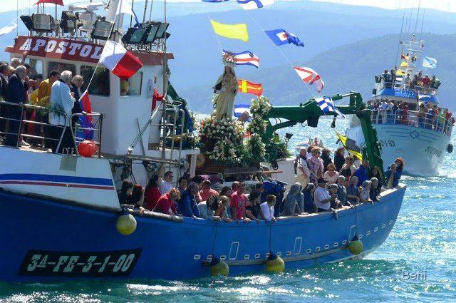 embarcacion de pesca portando a la virgen del carmen