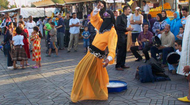 Vailarina en la plaza de jamaa El Fna en Marrakech