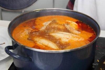 Cocinando la dorad para los gazpachos marineros