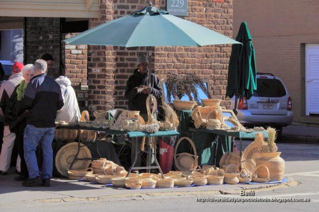 artesano de mimbre en Old City Market en charleston