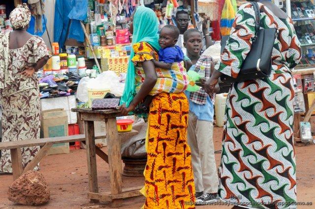 mujer gambiana y bebe a la espalda