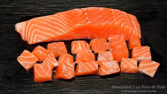 salmon cortado para la sopa de pescado